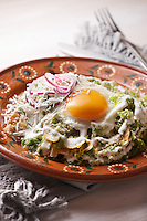 Chilaquiles verdes con huevo, Green chilaquiles with fried egg on top