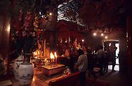 Hong Kong. Man mo: Taoist temple   western district       / Man Mo: temple taoÔste  western district    offrandes   / R00073/    L940221a  /  R00073  /  P0003634