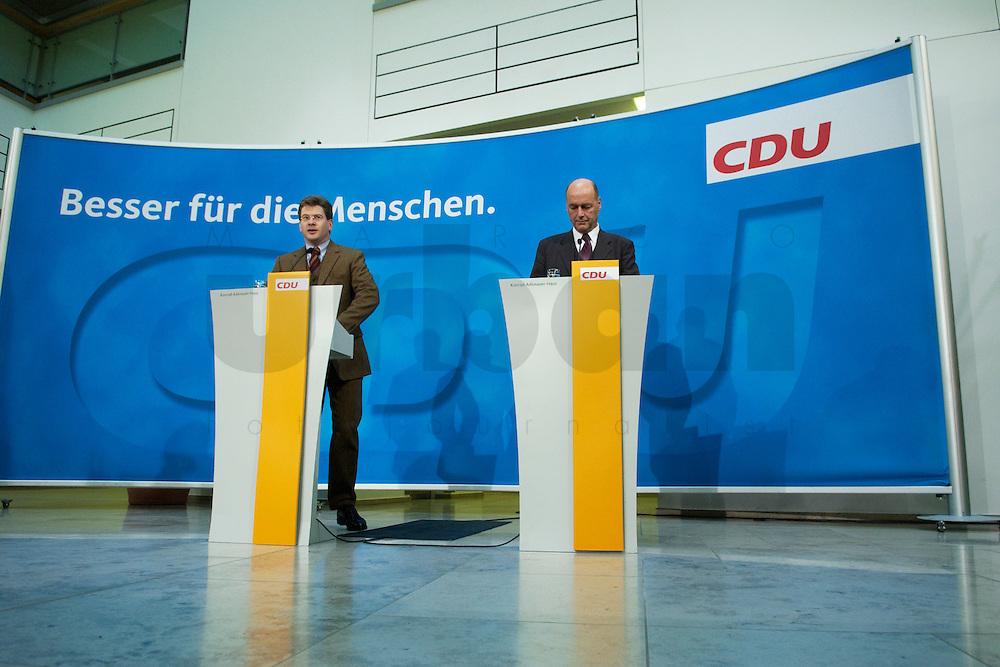 22 DEC 2004, BERLIN/GERMANY:<br /> Claus Zemke (L), CDU Pressesprecher, und Laurenz Meyer (R), CDU Generalsekretaer, waehrend einem Pressestatement zur Meyers Ruecktritt, CDU Bundesgeschaeftsstelle<br /> IMAGE: 20041222-01-003<br /> KEYWORDS: Generalsekretär, Rücktritt