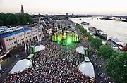 Nederland, The Netherlands, Nijmegen, 19-7-2016 Recreatie, ontspanning, cultuur, dans, theater en muziek in de binnenstad. Matrixx aan de Waalkade terkt elke avond veel publiek. Onlosmakelijk met de vierdaagse, 4daagse, zijn in Nijmegen de vierdaagse feesten, de zomerfeesten. Talrijke podia staat een keur aan artiesten, voor elk wat wils. Een week lang elke avond komen ruim honderdduizend bezoekers naar de stad. De politie heeft inmiddels grote ervaring met het spreiden van de mensen, het zgn. crowd control. De vierdaagsefeesten zijn het grootste evenement van Nederland en verbonden met de wandelvierdaagse. Hier het podium op de Waalkade Foto: Flip Franssen