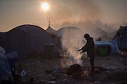 Morgen im Flüchtlingscamp Idomeni: Mehr als zehntausend Flüchtlinge stecken teilweise seit Wochen an der griechisch-mazedonischen Grenze bei Idomeni fest, nachdem die meisten Länder der Balkanroute ihre Grenzen geschlossen haben.© Christian Mang / mail@christianmang.com
