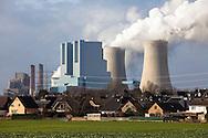 Europa, Deutschland, Nordrhein-Westfalen, das Braunkohlekraftwerk Neurath bei Grevenbroich. Mit einer Bruttoleistung von ueber 4400 Megawatt ist es das staerkste Kraftwerk Deutschlands und dient der Erzeugung von Grundlaststrom, Betreiber ist die RWE AG, im Vordergrund Haeuser in Rommerskirchen-Vanikum. - <br /> <br /> Europe, Germany, North Rhine-Westphalia, the brown coal power station Neurath in Grevenbroich. With a gross capacity of 4,400 megawatts, it is the strongest power plant in Germany and is used to generate base-load electricity, in the foreground houses in Rommerskirchen-Vanikum.