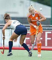 EINDHOVEN - Lisanne de Lange zaterdag bij de oefenwedstrijd tussen het Nederlands team van Jong Oranje Dames en dat van de Vernigde Staten. Volgende week gaat het WK-21 in Duitsland van start. FOTO KOEN SUYK