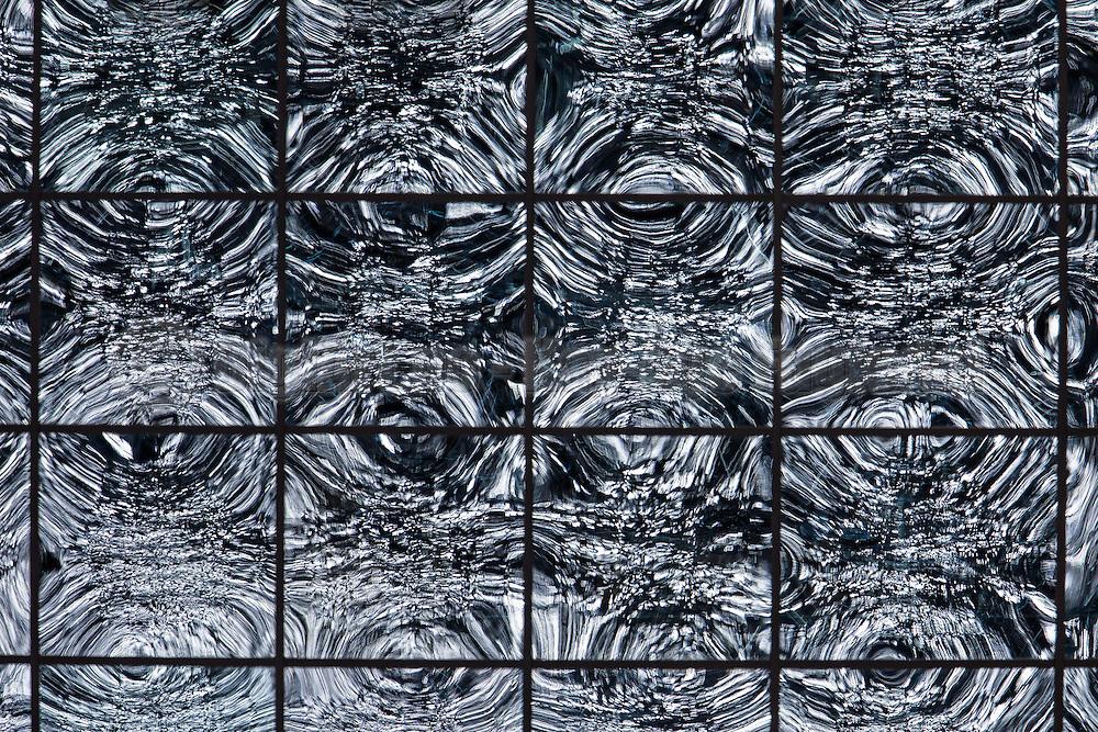 The sea mirrored in the windows of a office building | Speilbilde av sjøen vinduene på en kontorbygning.