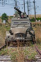 Gregory Marshall , un americain installé en Bourgogne, a customisé une 2cv comme un char d'assaut, et une autre comme une voiture de patrouille californienne.