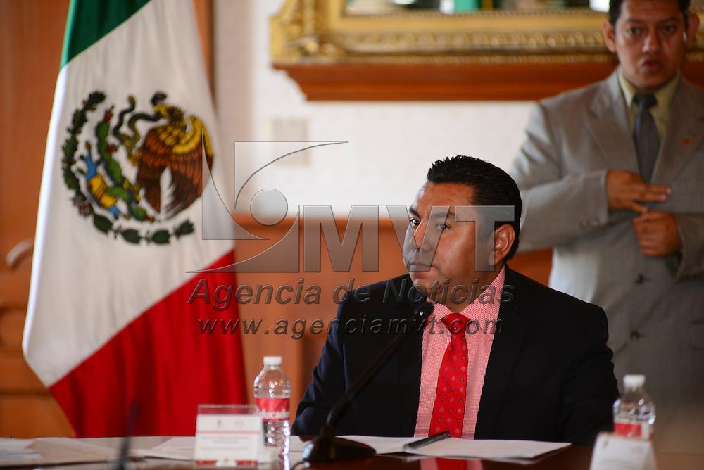 Toluca, México.- Braulio Álvarez Jasso, presidente municipal de Toluca en sesión solemne de Cabildo reconocio como visitante distinguido al Embajador de Japón en México, Akira Yamada. Agencia MVT / Crisanta Espinosa