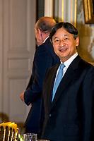 Le prince h&eacute;ritier Naruhito arrive &agrave; Lyon pour marquer le 160e anniversaire des relations diplomatiques entre le Japon et la France<br /> <br /> Le prince h&eacute;ritier Naruhito est arriv&eacute; vendredi &agrave; Lyon pour sa premi&egrave;re visite officielle en France pour comm&eacute;morer le 160e anniversaire des relations diplomatiques entre les deux pays.<br /> Au cours de ce voyage de neuf jours, il pr&eacute;voit de rencontrer le pr&eacute;sident fran&ccedil;ais Emmanuel Macron et d'assister &agrave; un &eacute;v&eacute;nement culturel sur le th&egrave;me du Japon. Il devrait &ecirc;tre son dernier voyage &agrave; l'&eacute;tranger en tant que prince h&eacute;ritier alors qu'il s'appr&ecirc;te &agrave; monter sur le tr&ocirc;ne apr&egrave;s que l'empereur Akihito aura abdiqu&eacute; le 30 avril prochain.<br /> <br /> Apr&egrave;s avoir visit&eacute; un mus&eacute;e du textile et d'autres lieux &agrave; Lyon, il se rendra &agrave; Paris o&ugrave; il rencontrera mercredi le ch&acirc;teau de Versailles.<br /> L&rsquo;empereur Akihito et l&rsquo;imp&eacute;ratrice Michiko ont visit&eacute; la France en tant qu&rsquo;invit&eacute; d&rsquo;&Eacute;tat en 1994.<br /> <br /> Un d&icirc;ner &eacute;tait pr&eacute;vu en soir&eacute;e &agrave; la pr&eacute;fecture du Rh&ocirc;ne, en compagnie de Mr Collomb, ministre de l&rsquo;int&eacute;rieur ainsi que Mr Stephane Bouillon,prefet, Mr Georges Kepenekian le maire de Lyon.<br /> <br /> <br /> Crown Prince Naruhito arrives in Lyon to mark 160th anniversary of Japan-France diplomatic ties<br /> <br /> Crown Prince Naruhito arrived in Lyon on Friday for his first official visit to France to commemorate the 160th anniversary of diplomatic relations between the countries.<br /> During the nine-day trip, he plans to meet French President Emmanuel Macron and attend a Japan-themed cultural event. It is expected to be his last foreign trip as crown prince as he is set to ascend the throne after Emperor Akihito abd