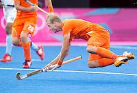 LONDEN - Billy Bakker onderuit,maandag in de hockey wedstrijd tussen de mannen van Nederland en India tijdens de Olympische Spelen in Londen .ANP KOEN SUYK