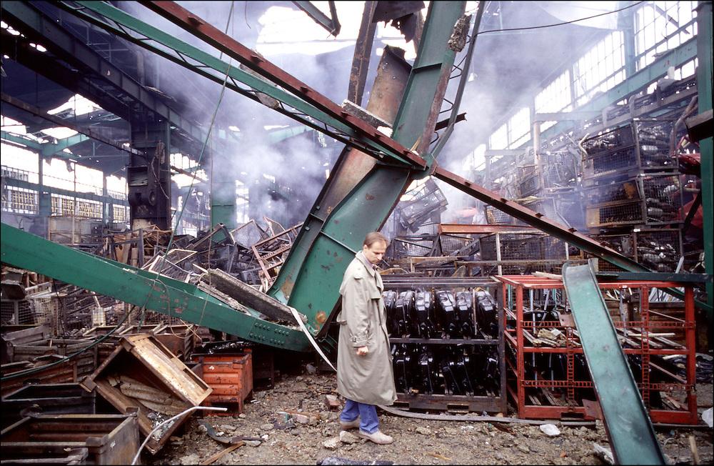 11 APR 1999 - Krakoujevac (Serbia, Jugoslavia) - XXIV giorno di guerra - Manifestazione degli operai alla Zastava dopo il primo bombardamentoe visita dei capannoni colpiti