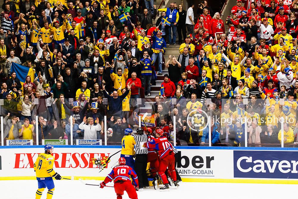 140104 Ishockey, JVM, Semifinal,  Sverige - Ryssland<br /> Icehockey, Junior World Cup, SF, Sweden - Russia.<br /> Gruff/fight mellan Svenska och Ryska spelare samtidigt som publiken/fansen/supportrarna jublar &ouml;ver segern.<br /> Endast f&ouml;r redaktionellt bruk.<br /> Editorial use only.<br /> &copy; Daniel Malmberg/Jkpg sports photo