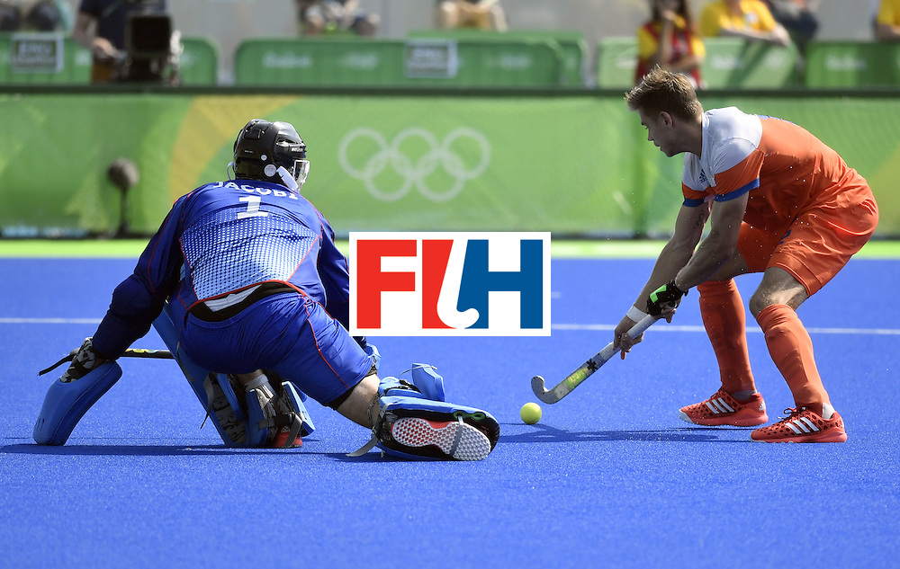 Netherlands' Sander de Wijin (R) misses to score during the penalty shoot-out during the men's Bronze medal field hockey Netherlands vs Germany match of the Rio 2016 Olympics Games at the Olympic Hockey Centre in Rio de Janeiro on August 18, 2016. / AFP / PHILIPPE LOPEZ        (Photo credit should read PHILIPPE LOPEZ/AFP/Getty Images)