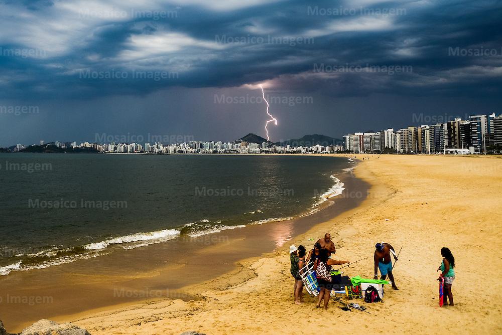 Brasil - Vitoria - Espirito Santo - Vista da Praia de Camburi com Tempo  Fechado e Raio ao Fundo - Foto: Gabriel Lordello/ Mosaico Imagem