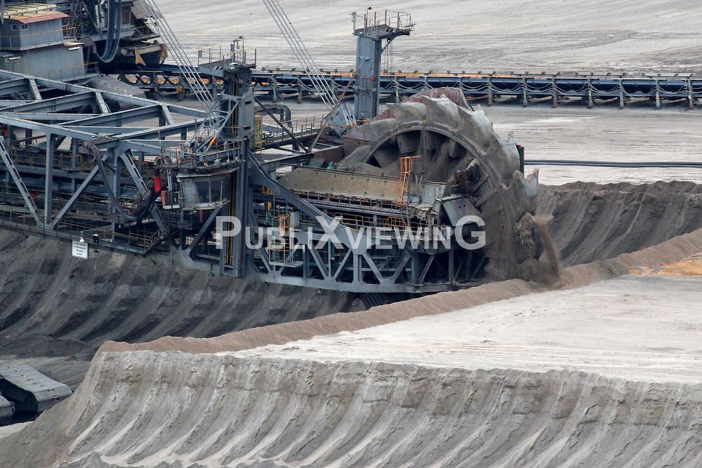 Ein Bagger f&ouml;rdert Braunkohle zur Energiegewinnung im Tagebau Garzweiler in Nordrhein-Westfalen<br /> <br /> Ort: Garzweiler<br /> Copyright: Andreas Conradt<br /> Quelle: PubliXviewinG