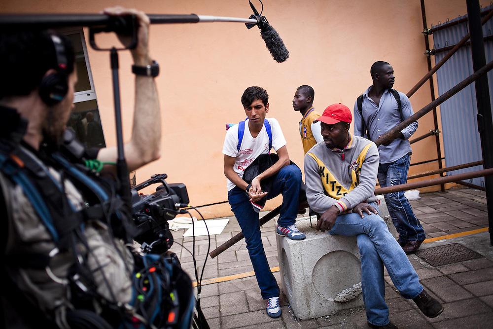 Momento di assemblea presso le palazzine occupate dell'Ex-Moi in via Giordano Bruno. Una troupe televisiva francese compie alcune riprese ed interviste. Torino, 29-04-'13.