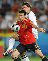 FUSSBALL EUROPAMEISTERSCHAFT 2008 FINALE Deutschland - Spanien    29.06.2008 Joan CAPDEVILA (ESP, l) gegen Mario GOMEZ (ESP).