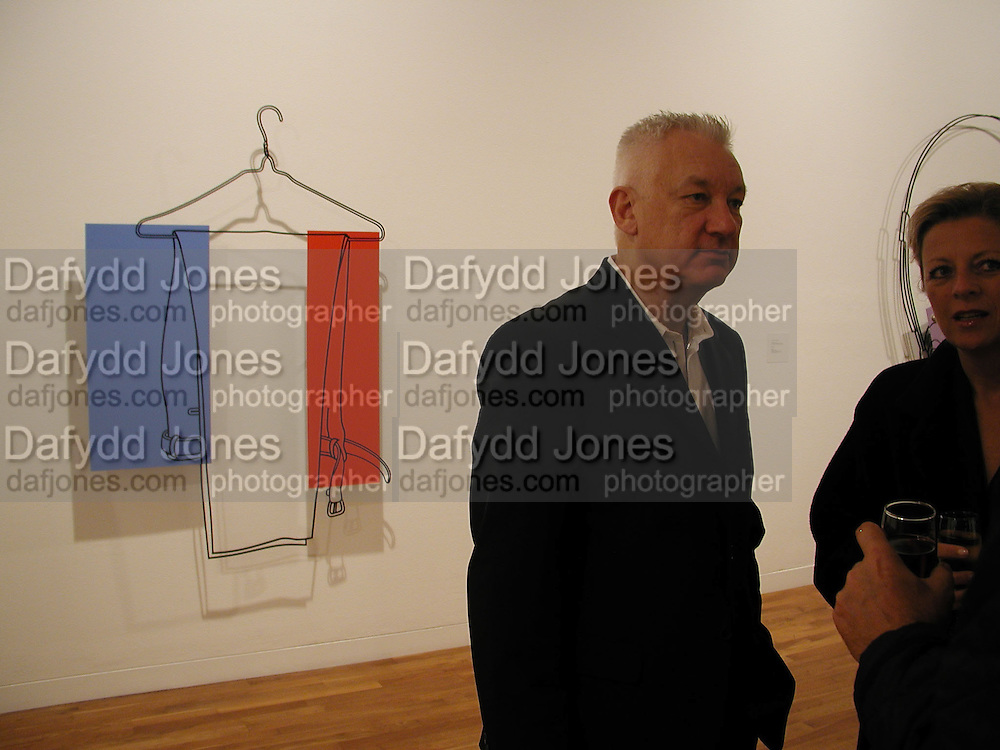 Michael Craig -Martin in front of his work. Michael Craig-Martin  private view. Waddingtons. 15 October 2002. © Copyright Photograph by Dafydd Jones 66 Stockwell Park Rd. London SW9 0DA Tel 020 7733 0108 www.dafjones.com
