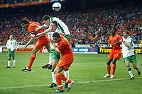 Fotball<br /> Privatlandskamp<br /> Nederland v Irland<br /> Amsterdam Arena<br /> 5. juni 2004<br /> Foto: Digitalsport<br /> NORWAY ONLY<br /> phillip cocu og wilfred bouma i duell med mat holland og steve finnan
