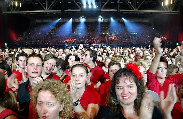 Nederland, Arnhem, 20-10-2006..Marco Borsato in het Gelredome. Publiek in het rood...Foto: Flip Franssen/Hollandse Hoogte