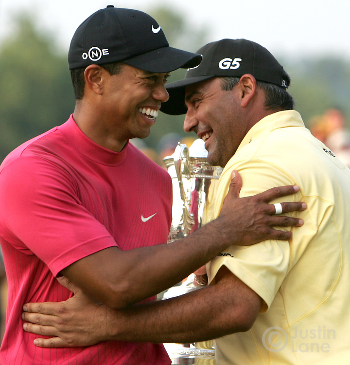 Angel Cabrera (R) of Argentina talks with Tiger Woods (L) of the US while holding the US Open championship trophy on the 18th green after winning the 2007 U.S. Open at Oakmont Country Club in Oakmont, Pennsylvania, USA 17 June 2007.