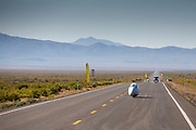 De ochtendruns op zaterdag, de laatste racedag. In Battle Mountain (Nevada) wordt ieder jaar de World Human Powered Speed Challenge gehouden. Tijdens deze wedstrijd wordt geprobeerd zo hard mogelijk te fietsen op pure menskracht. De deelnemers bestaan zowel uit teams van universiteiten als uit hobbyisten. Met de gestroomlijnde fietsen willen ze laten zien wat mogelijk is met menskracht.<br /> <br /> In Battle Mountain (Nevada) each year the World Human Powered Speed Challenge is held. During this race they try to ride on pure manpower as hard as possible.The participants consist of both teams from universities and from hobbyists. With the sleek bikes they want to show what is possible with human power.