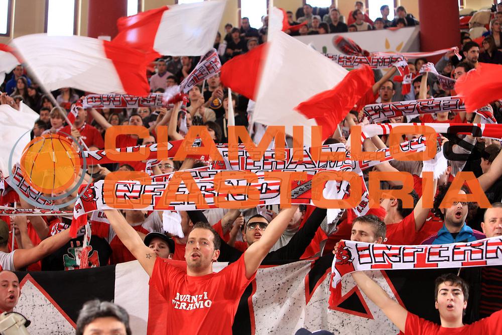 DESCRIZIONE : Teramo Lega A1 2008-09 Bancatercas Teramo Lottomatica Virtus Roma<br /> GIOCATORE : Tifo Tifosi Fan Fans Supporter<br /> SQUADRA : Bancatercas Teramo <br /> EVENTO : Campionato Lega A1 2008-2009<br /> GARA : Bancatercas Teramo Lottomatica Virtus Roma<br /> DATA : 15/02/2009<br /> CATEGORIA :<br /> SPORT : Pallacanestro<br /> AUTORE : Agenzia Ciamillo-Castoria/M.Carrelli