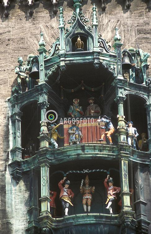 Munique, Alemanha.Maio/2002..Detalhe do  carrilhao na Prefeitura, Neues Rathaus..Bonecos representam cenas do casamento do duque Wilhelm V, ocorrido em 1568, e das comemorações pela erradicação da peste negra, por meio de uma dança criada em 1517. .foto Adri Felden/Argosfoto