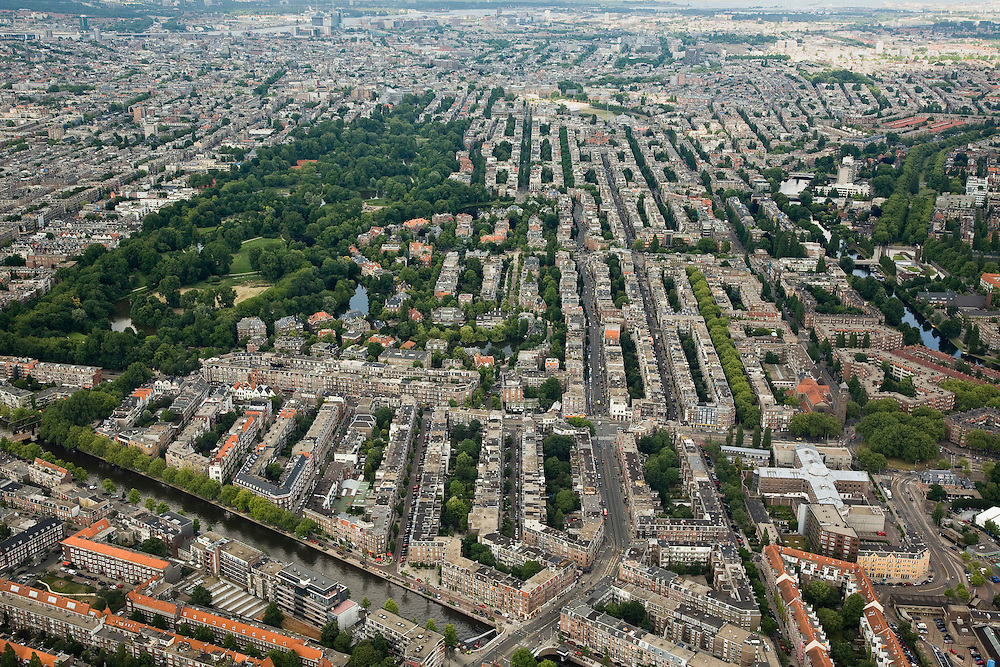 Nederland, Amsterdam, Oud-Zuid, 17-06-2008; overzicht van Oud-Zuid met links het Vondelpark; midden onder de Zijlbrug en de Zijlstraat na de kruising met de Amstelveenseweg overgaand in de Koniginneweg (centraal in de foto, in noordoostelijke richting); het overzicht strekt zich uit tot en met het centrum en het IJ; ..luchtfoto (toeslag); aerial photo (additional fee required); .foto Siebe Swart / photo Siebe Swart
