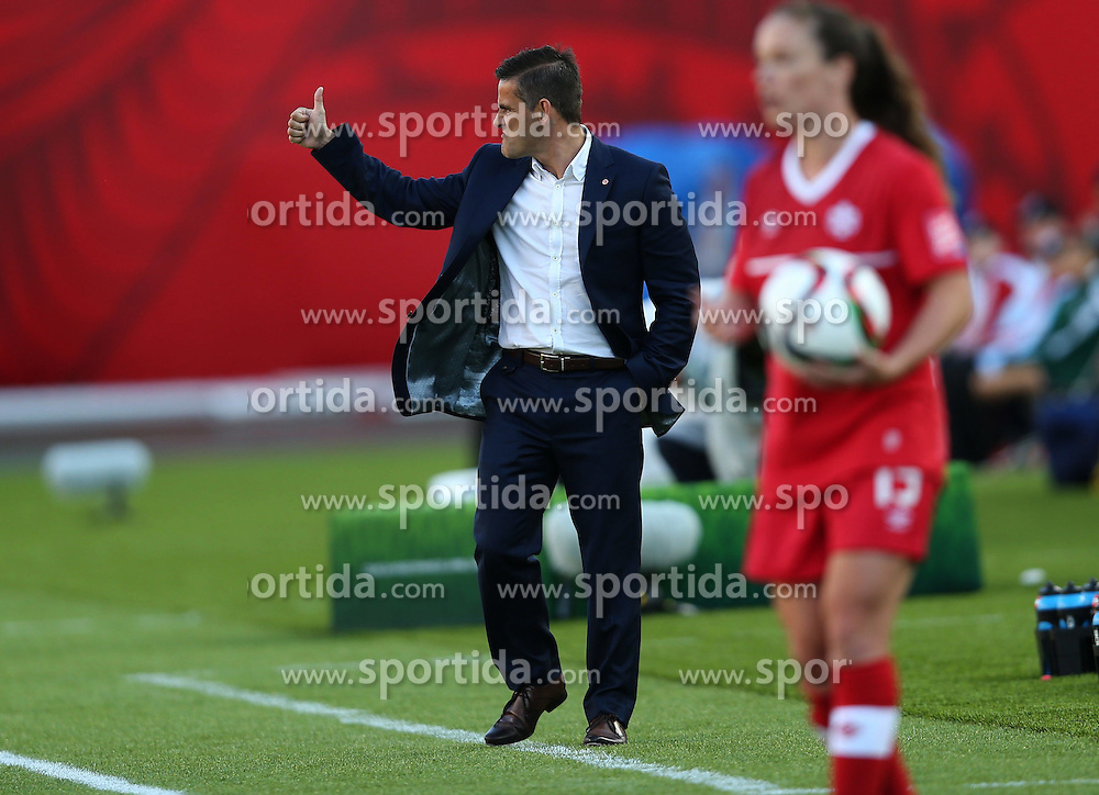12.06.2015, Commonwealth Stadium, Edmonton, CAN, FIFA WM, Frauen, Kanada vs Neuseeland, Gruppe A, im Bild John Headman, coach of Canada, directs. The match ended with a 0-0 draw // during group A match of FIFA Women's World Cup between Canada and New Zealand at the Commonwealth Stadium in Edmonton, Canada on 2015/06/12. EXPA Pictures &copy; 2015, PhotoCredit: EXPA/ Photoshot/ Qin Lang<br /> <br /> *****ATTENTION - for AUT, SLO, CRO, SRB, BIH, MAZ only*****