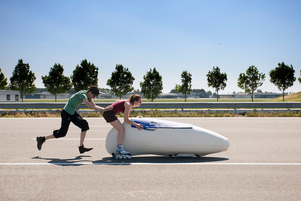 Het Human Powered Team van de TU Delft en de VU Amsterdam testen op de RDW baan in Lelystad voor het eerst met de fiets, de Velox 2, waarmee ze het record willen verbreken.<br />