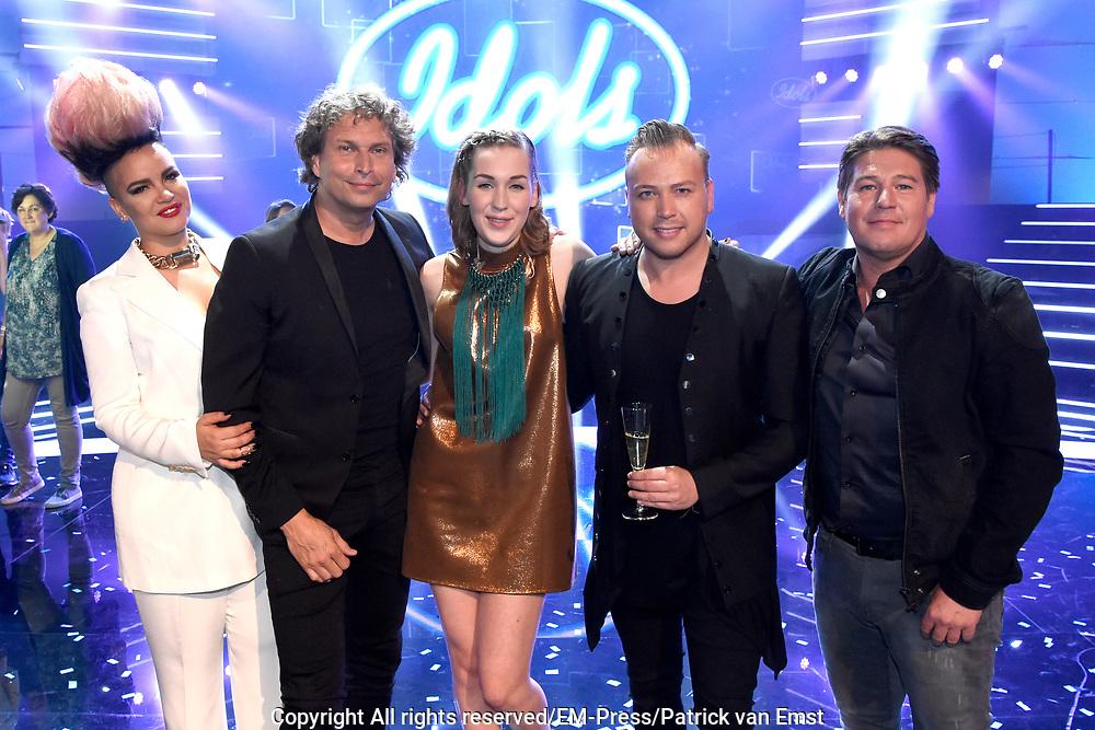 Finale Idols 2016 in de studio van Endemol.<br /> <br /> Op de foto: Nina den Hartog wint Idols 2016 , met de jury: Eva Simons , Martijn Krabbe , Ronald Molendijk en Jamai Loman