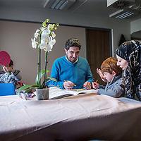 Nederland, Amsterdam, 18 februari 2016.<br />Aan de Mauritskade nummer 17 zit sinds kort een kleinschalige opvang voor Syrische vluchtelingen. Initiatiefneemster is Lian Primus.<br />Op de foto: De Syrische familie met vader Ammar, moeder Iman en hun 2 kinderen Mohamed en Yazan zijn blij met hun tijdelijke nieuwe verblijfplaats en eigen kamer.<br /><br /><br /><br />Foto: Jean-Pierre Jans