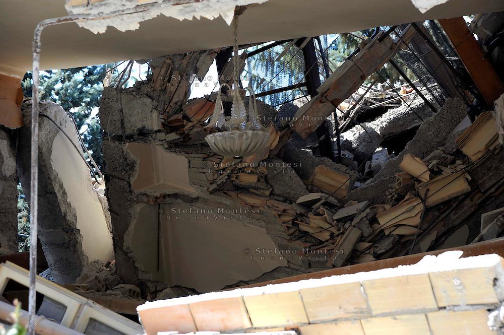 Aquila 6 Aprile 2009.Terremoto L'Aquila. Una palazzina crollata, il lampadario è rimasto attaccato al soffitto.Inside of a house