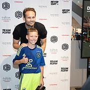 NLD/Haarlem/20190825 - Kledingpresentatie Daley Blind, Daley Blind poseert met een fan