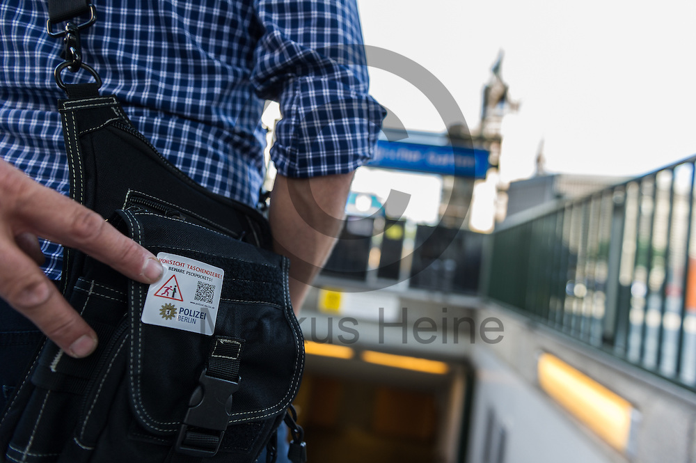 Ein Polizist klebet w&auml;hrend des Einsatz gegen Taschendiebe und falsche Polizisten am 08.06.2016 in Berlin, Deutschland einem anderen Polizisten einen Aufkleber auf die Tasche. Die in Zivil gekleideten Polizisten machen mit den Aufklebern Passanten darauf aufmerksam wie leicht Taschendiebe an die Wertsachen kommen. Foto: Markus Heine / heineimaging<br /> <br /> ------------------------------<br /> <br /> Ver&ouml;ffentlichung nur mit Fotografennennung, sowie gegen Honorar und Belegexemplar.<br /> <br /> Bankverbindung:<br /> IBAN: DE65660908000004437497<br /> BIC CODE: GENODE61BBB<br /> Badische Beamten Bank Karlsruhe<br /> <br /> USt-IdNr: DE291853306<br /> <br /> Please note:<br /> All rights reserved! Don't publish without copyright!<br /> <br /> Stand: 06.2016<br /> <br /> ------------------------------Ein Polizist klebet w&auml;hrend des Einsatz gegen Taschendiebe und falsche Polizisten am 08.06.2016 in Berlin, Deutschland einem anderen Polizisten einen Aufkleber auf die Tasche. Die in Zivil gekleideten Polizisten machen mit den Aufklebern Passanten darauf aufmerksam wie leicht Taschendiebe an die Wertsachen kommen. Foto: Markus Heine / heineimaging<br /> <br /> ------------------------------<br /> <br /> Ver&ouml;ffentlichung nur mit Fotografennennung, sowie gegen Honorar und Belegexemplar.<br /> <br /> Bankverbindung:<br /> IBAN: DE65660908000004437497<br /> BIC CODE: GENODE61BBB<br /> Badische Beamten Bank Karlsruhe<br /> <br /> USt-IdNr: DE291853306<br /> <br /> Please note:<br /> All rights reserved! Don't publish without copyright!<br /> <br /> Stand: 06.2016<br /> <br /> ------------------------------