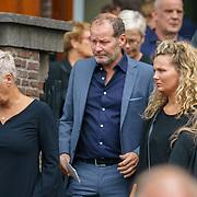 NLD/Huizen/20180818 - uitvaart Bert Verwelius, Danny Blind en partner Yvonne en dochter Zola