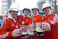 LIONS FANS ENJOY A JAR OF THE LOCAL BREW IN THE CENTRE OF DUNEDIN BEFORE THE GAME THIS EVENING.WELLINGTON V BRITISH & IRISH  LIONS, OTAGO V BRITISH LIONS, CARISBROOK, DUNEDIN NEW ZEALAND, SATURDAY 18TH JUNE 2005.