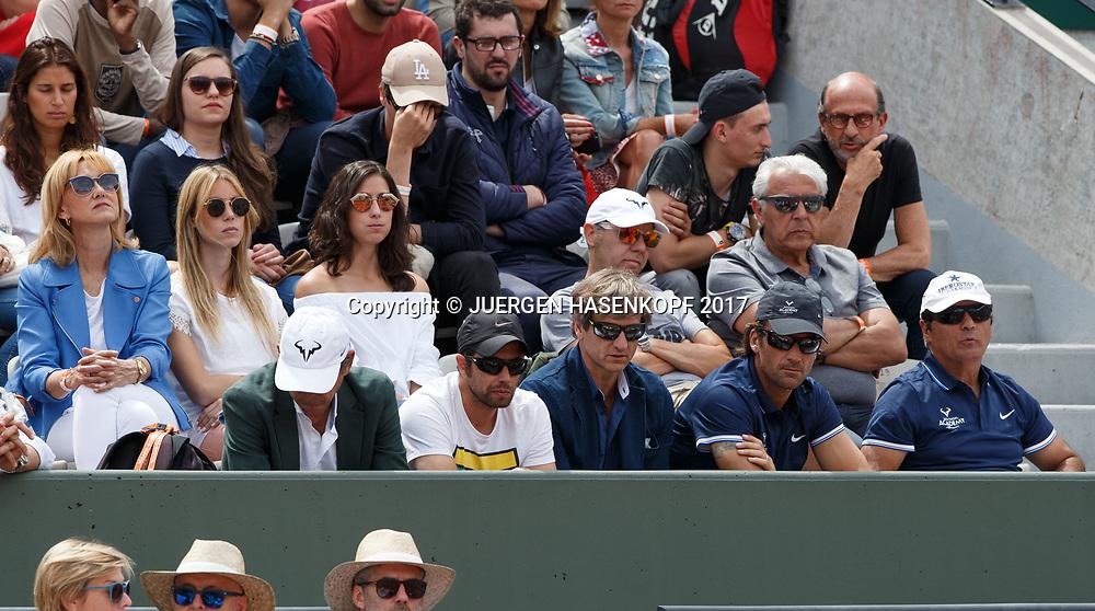RAFAEL NADAL Team in der Spielerloge,oben L-R.Mutter Ana Maria,Schwester Mar&iacute;a Isabel (Maribel) und Freundin Maria Francisca Perello ,erste Reihe von rechts,Toni Nadal,Trainer Carlos Moya , (dahinter mit grauem Haar sitzt Vater Sebastian Nadal),und Manager Carlos Costa,Familie,Eltern,<br /> <br /> <br /> Tennis - French Open 2017 - Grand Slam / ATP / WTA / ITF -  Roland Garros - Paris -  - France  - 4 June 2017.