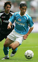29.07.2005, Fussball, Fußball, Saison 2005/2006, 1. Bundesliga, Testspiel, Borussia Mönchengladbach - PSV Eindhoven 0:0, Bild Nr. 05.153.1982, Young-Pyo Lee (re., PSV) gegen Thomas Broich,