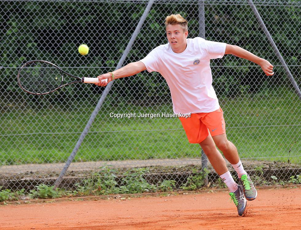 Audi GW:plus Zentrum Muenchen Junior Open 2014, Tennis Europe Junior Tour,Sandplatz, Junioren Turnier, BS16,Valentin Dix (GER),<br /> Aktion,Einzelbild,Ganzkoerper,Querformat,