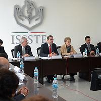 Toluca, México.- José Edgar Naime Libien, Delegado del ISSSTE y Yolanda Santíes Echeverría, Coordinadora de los Bancos de Leche Materna del Edo Mex, encabezaron la inauguración de la primera sala de lactancia en la delegación del ISSSTE de la capital Mexiquense. Agencia MVT / Arturo Hernández.