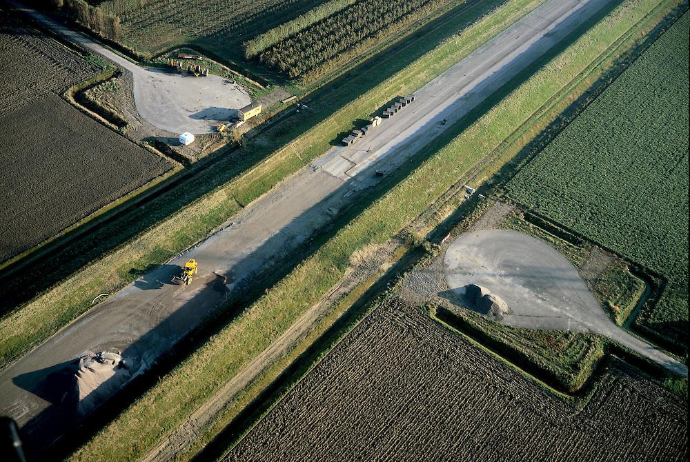 Nederland, Zeeland, Zuid-Beveland, Nieuwe Vaathoek, Korte Noordweg, 15/11/2001; Ingreep in het landschap: aanleg toegangsweg Westerschelde tunnel, Korte Noordweg is afgesloten (en heeft (cirkelvormige) keerplaatsen gekregen), rechtsonder de dijk naast toegangsweg, vormt geluidswal en zorgt voor  inpassing in het omliggende polderlandschap (zie ook overzichtsluchtfoto). Verkeer. Infrastructuur. Landschap. Polder<br /> luchtfoto (toeslag), aerial photo (additional fee)<br /> photo/foto Siebe Swart