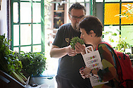 """A cultivar..."""" nuclea productos elaborados por cooperativas, emprendedores, emprendimientos familiares, sin pesticidas ni agrotóxicos: agroecología, consumo responsable, prácticas ecológicas y saludables.  <br /> <br /> A CULTIVAR QUE SE ACABA EL MUNDO es una serie de informes de Hecho en Bs. As., con ICEI y sus proyectos en el Cono Sur con el objetivo de promover y fortalecer la agricultura familiar y la soberanía alimentaria, y comunicar qué están haciendo sus actores.<br /> <br /> ICEI es una ONG italiana de cooperación para el desarrollo dedicada a generar modelos innovadores de intercambio social, económico y cultural, promoviendo la autonomía y participación de comunidades en riesgo para erradicar la pobreza a través de la valorización del capital humano y de los recursos locales."""