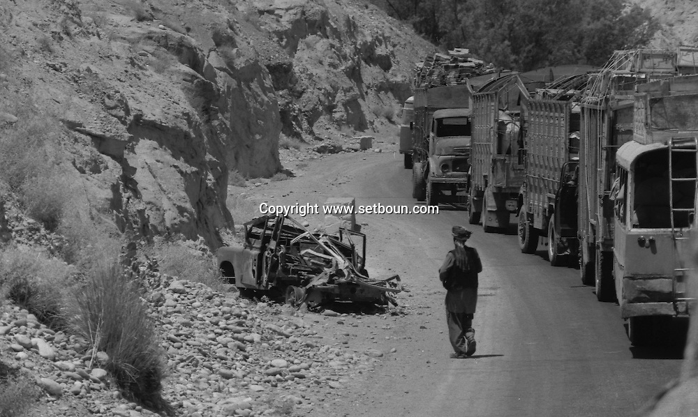 Afghanistan. Russian occupation in september 1979. truck  convoy beetween the pakistani border in the Khyber pass and Djelalabad Kabul , tanks, trucks, russian occupation   Afghanistan  / convois de camions entre la frontiere dans la Khyber Pass et Djelalabad puis Kaboul, chars, Occupation russe en Afghanistan    Afghanistan / AFG28597 2