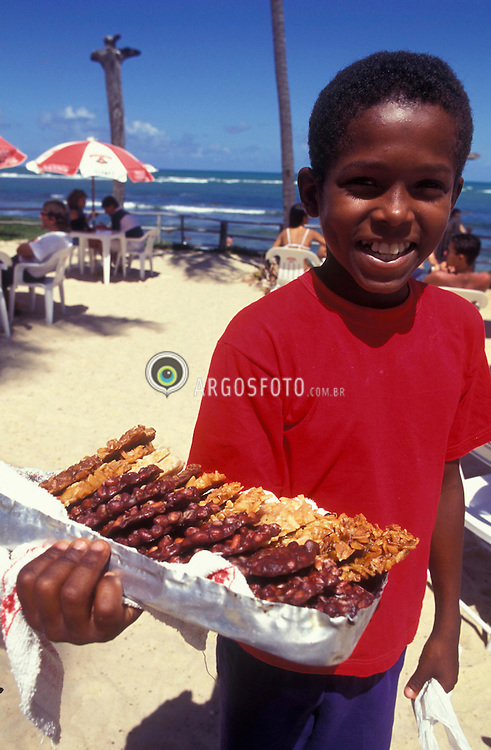 Bahia, Brasil. 10/1996..Menino vendedor de cocada na Praia do Forte. Tabalho infantil / Boy sells coconut sweet at Praia do Forte (Forte Beach). Infant labor.Foto © Marcos Issa/Argosfoto.www.argosfoto.com.br