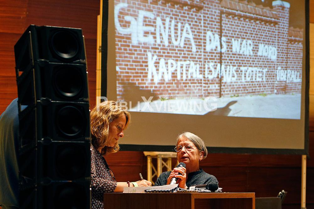 Im Vorfeld des G20-Gipfels in Hamburg lesen namhafte K&uuml;nstler in der Laeiszhalle Texte des franz&ouml;sischen Widerstandsk&auml;mpfers St&eacute;phane Hessel. Im Bild: Haidi Giuliani - Autorin und Parlamentsabgeordnete - erinnerte an die dramatischen Geschehnisse von Genua, bei der ihr Sohn von der Polizei erschossen wurde. Links daneben eine &Uuml;bersetzerin<br /> <br /> Ort: Hamburg<br /> Copyright: Andreas Conradt<br /> Quelle: PubliXviewinG