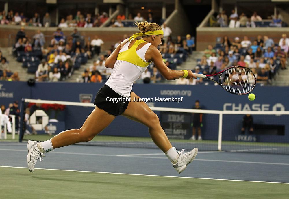 US Open 2011, USTA Billie Jean King National Tennis Center, Flushing Meadows, New York,ITF Grand Slam Tennis Tournament, Sabine Lisicki (GER) schlaegt ein Vorhand Return,Aktion,Einzelbild, Ganzkoerper,.Querformat,von hinten