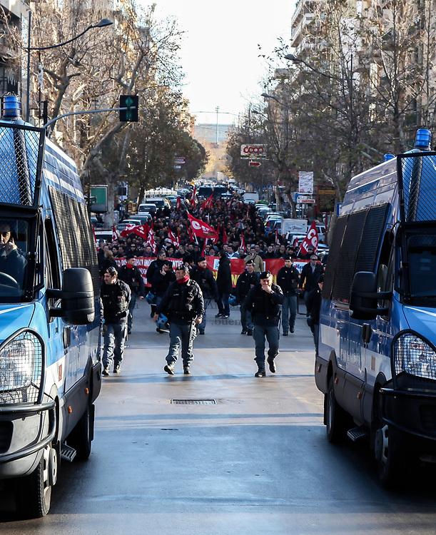 Lavoratori della Fincantieri bloccano le strade a Palermo contro il rischio di chiusura dei cantieri navali.