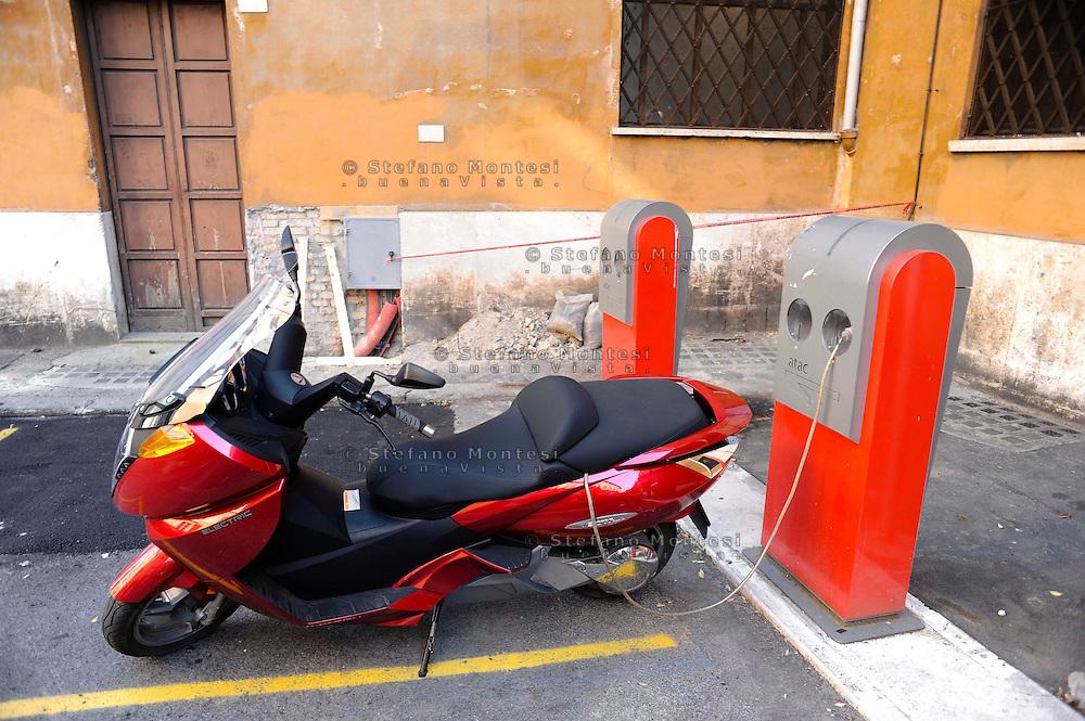 Roma 1 Luglio 2010.Un Maxi Scooter elettrico Vectrix si rifornisce presso una  stazione di rifornimento elettricità per veicoli in Largo Teatro Valle..Rome, July 1, 2010.A Vectrix Electric Maxi Scooter is supplied electricity at a filling station for vehicles in Largo Teatro Valle.