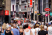 Nederland, Nijmegen, 15-7-2018 Drukte in het centrum. Winkelende mensen in de Broerstraat . Vanwege de vierdaagse en de vierdaagsefeesten zijn er extra veel mensen in de stad . Het is koopzondag .Foto: Flip Franssen