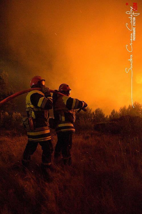 Sapeurs-pompiers du SDIS 13, renforts sapeurs-pompiers de la r&eacute;gion et sapeurs forestiers engag&eacute;s sur le feu de for&ecirc;t de Carry le Rouet &agrave; proximit&eacute; de l'&eacute;tang de Berre.<br /> Juillet 2010 / Martigues (13) / FRANCE<br /> Voir le reportage complet (52 photos) http://sandrachenugodefroy.photoshelter.com/gallery/2010-07-Incendie-de-letang-de-Berre-SDIS13-Complet/G0000RIDrbC84eco/C0000yuz5WpdBLSQ